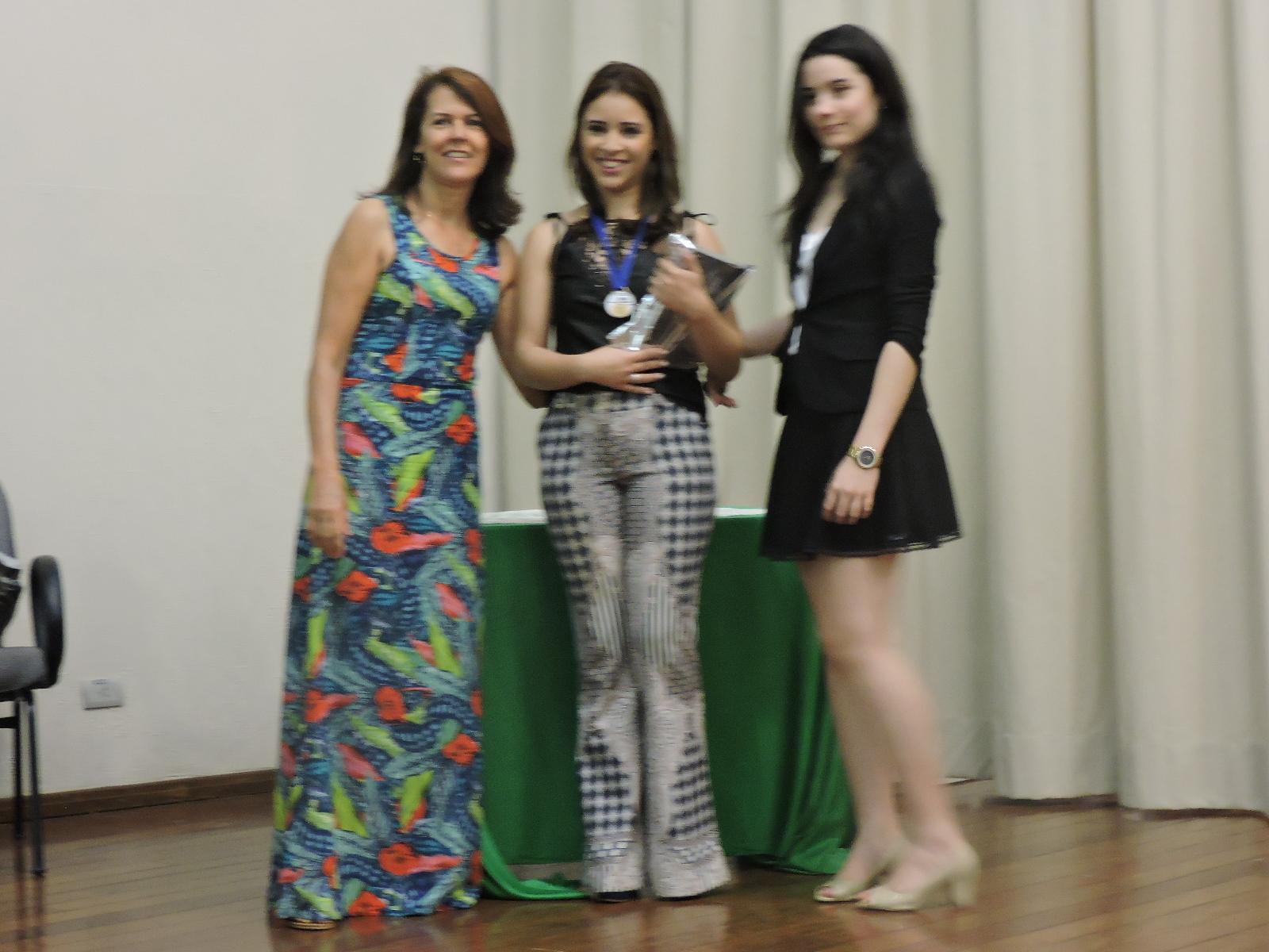 1º lugar C - Interpretação - Bethania Silva de Souza - 1ª TM e professora Zelita e a autora Izabeli.