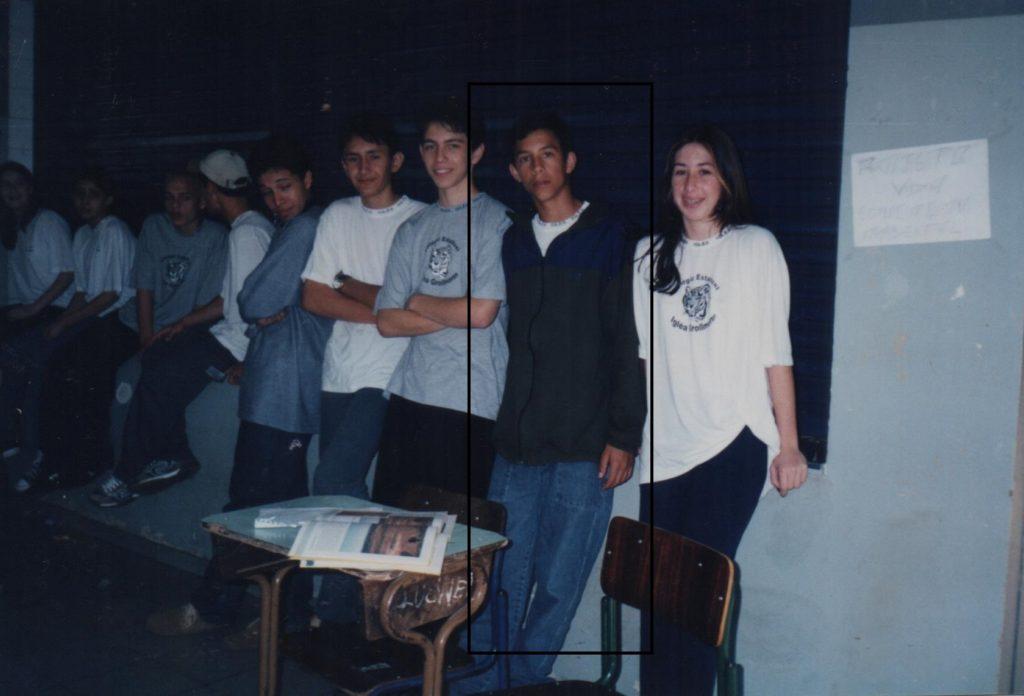 Nesta foto, Danilo apresenta Mostra Cultural do colégio ao lado dos seus colegas de classe do Ensino Médio.
